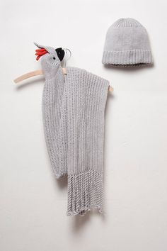 The soft, high-quality wool in the scarf makes it very nice to wear. In the cockatoo's beak is a strong clip that serves as a clasp. The bottom end of the knitted scarf features thick, twisted. Scarf Hat, Wool Scarf, Knitting Patterns, Sewing Patterns, Crochet Patterns, Crochet Scarves, Chain Stitch, Diy Crochet, Crochet Projects
