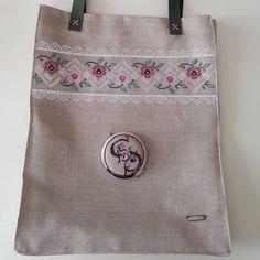 🌹🌹🌹 Çantamız ve işlemeli aynası yolcuğa hazır... . . . #elnakışı #nakışaşkı #kaneviçe #çanta #ayna #emek #sonuç #keşfetteyim #handmade💎… Bargello, Handmade Bags, Embroidery Patterns, Cross Stitch, Geek Stuff, Reusable Tote Bags, Fashion, Embroidery Stitches, Cross Stitch Embroidery