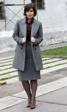 Divina Ejecutiva: Mis Looks - De gris y borgoña