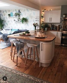 Home Interior White open plan kitchen inspiration.Home Interior White open plan kitchen inspiration Small Open Plan Kitchens, Open Plan Kitchen Living Room, Kitchen Family Rooms, New Kitchen, Small Kitchen With Table, Small Kitchen Diner, Kitchen Island, Round Kitchen, Kitchen Worktop