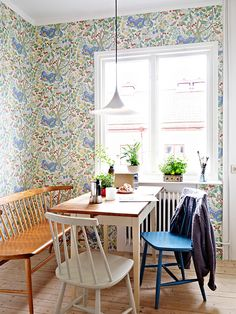 Check out these Dining Room Design Ideas. Wooden furniture is the most commonly used in the dining room decoration. Scandinavian Interior, Home Interior, Kitchen Interior, Interior Decorating, Wooden Dining Tables, Dining Room Table, Dining Nook, Small Space Interior Design, Kitchen Wallpaper