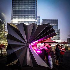 Imagine um quiosque que proporciona um melhor espaço para vendedores de rua e ao mesmo tempo atualiza a paisagem urbana. Pensado nisso o escritório Make Architects desenvolveu o Quiosque Origami. Confira!
