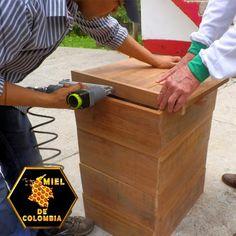 Los materiales utilizados por miel de colombia en la construcion de una colmena, marcan la diferencia entre una colmena incomoda y una comoda y saludable. Nuestras colmenas NO contienen productos quimicos daninos ni requieren grandes cantidades de energia para fabricarse, no usamos pegamentos.