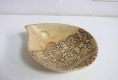 Miseczka ceramiczna w kształcie łezki, kremowa z koronkowym motywem Wymiary: średnica 17x13 cm wysokość 4 cm Hanja - Hanna Owczarek