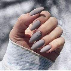 Semi-permanent varnish, false nails, patches: which manicure to choose? - My Nails Mauve Nails, Gelish Nails, Gray Nails, Neutral Nails, Purple Nails, Nail Manicure, Essie Gel, Oxblood Nails, Nails Turquoise