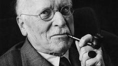 Carl Jung trabalhou com Sigmund Freud durante cinco anos até trilhar seu próprio caminho e criar um conjunto alternativo de teorias sobre os sonhos e o inconsciente. Enquanto muitas das teorias de Freud defendem que a origem de todos os sonhos está no sexo, Jung afirmava que o medo da morte movia a expressão onírica. Jung acreditava na interpretação dos sonhos para compreender melhor a vida e transformá-la.