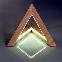 Triangle Lamp Angle ou Lampada Triangular é o desenho concebido pela UshkiStudio e distribuído pela americana Etsy's na linha de produtos feitos a mão.