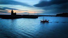 Ein Fischerboot verlässt bei Sonnenaufgang den Hafen von Howth in Dublin. | Bildquelle: dpa