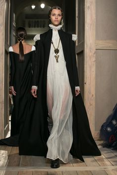 All the Looks from the Valentino Fall 2016 Couture Collection Valentino Couture, Valentino Dress, Fashion News, Fashion Show, Fashion Outfits, Fashion Design, Couture Fashion, Runway Fashion, Paris Fashion
