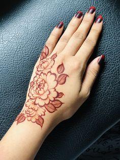 A new mehendi technique for mehendi lovers. Pretty Henna Designs, Floral Henna Designs, Latest Bridal Mehndi Designs, Mehndi Designs For Girls, Wedding Mehndi Designs, Mehndi Designs For Fingers, Henna Tattoo Designs Simple, Finger Henna Designs, Simple Arabic Mehndi Designs