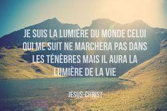 """La Bible - Versets illustrés - Jean 8:12 - Paroles de Jésus     Jésus adressa la parole à la foule et dit: """"Je suis la lumière du monde. Celui qui me suit aura la lumière de la vie et ne marchera plus jamais dans l'obscurité."""""""