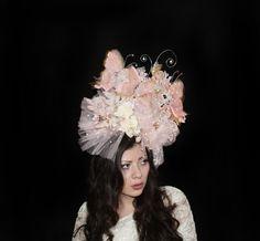Ich präsentieren Ihnen das atemberaubende Rokoko Couture-Schmetterling-Überträger, Glamour Blume Kopfschmuck, Fascinator Spitze, Braut Hochzeit Tüll Kopf Verschleiß Zubehör Fantasie Kopfband versandbereit.  Diese extravagante Phantasie-Überträger Designer Raluca Cojocaru für die Sammlung Fantasy Insectarium wurde im Jahr 2015.   Die einzigartige Rokokostil Schmetterling Fascinator ist vollständig handgemacht mit Luxus Seide Tüll in Rosentee, Elfenbein und Jahrgang Rosa Töne, goldene Organza…