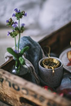 wild flower, linen napkin and freshly brewed tea on an upcycled tray (by Eva Kosmas Flores)