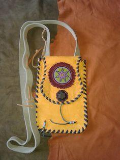 bolso  plano porta pasaporte  cuero y chaquira