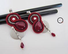 """Orecchini """"Luna rossa"""" con goccia in Giada colorata, perline rocailles, goccia in cristallo ed elemento di sfondo in resina argento satin. Design Giada Zampar -Opificio77-"""