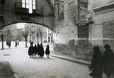 Acceso a la Plaza del las Palomas desde la Catedral. Años cuarenta.