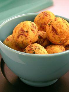 Tempo: 50min Rendimento: 30 Dificuldade: fácil Ingredientes: 1/2kg de mandioca cozida e espremida 100g de carne-seca dessalgada cozida e desfiada 3 ovos 1/