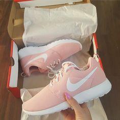 Nike Roshe One pink weiß // Foto: ka_leen__ (Instagram)