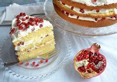Non è detto che una torta invernale debba per forza essere farcita di canditi e aromatizzata alle spezie: questa nuvola sofficissima è un trionfo di f...