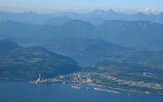 The pulp mill and townsite area of Powell River. »Es waren zwei lange Fährfahrten nach Powell River, knapp 130 Kilometer oberhalb von Vancouver. Die Land- schaft war spektakulär schön. Das Küstengebirge fiel direkt ab bis hinunter zum Wasser. Dies war jungfräuliches Grenzland, unverschandelt, bis auf hässliche Narben, die Holzfäller da und dort hinterlassen hatten.« Mark Vonnegut