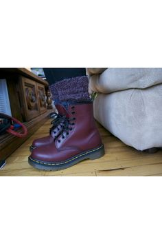 cremisi stivali Dr Martens - Jeans justusa neri - calze Deep Purple Dr. Martens, Dr Martens Boots, Deep Purple, Dr Martens Outfit, Purple Socks, Jeans, Winter Boots, Oxford Shoes, How To Wear
