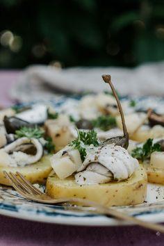 Die Kombination aus Kartoffeln, marinierten Sardellen, Kapernbeeren und dem traditionellen Käse Primo Sale vereint alle Aromen und Farben in einem typisch sizilianischen Gericht. Camembert Cheese, Dairy, Recipes, Food, Videos, Instagram, Berries, Easy Meals, Food Food