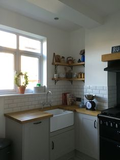 howdens kitchen with oak work top Kitchen Family Rooms, Big Kitchen, Kitchen Tiles, Country Kitchen, Kitchen Dining, Kitchen Decor, Howdens Kitchens, Freestanding Kitchen, Victorian Kitchen