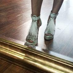 Νυφικά παπούτσια Divina χειροποίητα με Swarovski και φτερά Bridal Shoes, Swarovski, Handmade, Decor, Bride Shoes Flats, Bride Shoes, Hand Made, Decoration, Decorating