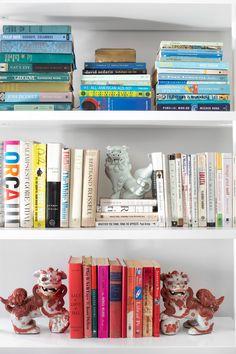 Library - AD España, © Sarah Dorio Detalle de una de las estanterías de la casa, llena de libros colocados por colores. Orden dentro del caos.