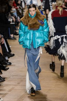 Here, see every look from the Paris Fashion Week Sacai Fall 2017 runway show. Fashion Week Paris, Fashion 2018, Winter Fashion, Womens Fashion, Fashion Trends, Dress Skirt, Fur Coat, Winter Jackets, Clothes For Women