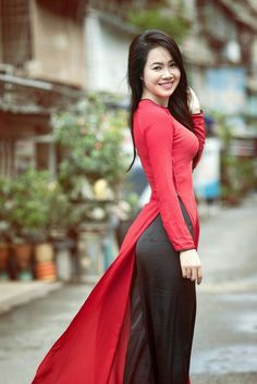 Vietnamese long dress, but her smile is what really makes her beautiful. Vietnamese Clothing, Vietnamese Dress, Vietnamese Traditional Dress, Traditional Dresses, Ao Dai, Long Dress Fashion, Beautiful Long Dresses, Beautiful Asian Women, Asian Fashion