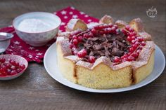 La corona di pandoro è il dessert perfetto per le feste di Natale! Una versione del tutto nuova per servire il pandoro con una morbida ganache!