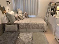 6 creative tips on how to make a small bedroom look larger 21 Room Design Bedroom, Home Room Design, Small Room Bedroom, Bedroom Decor, Minimalist Room, Aesthetic Room Decor, Cozy Room, Dream Rooms, My New Room