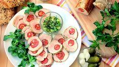 """Dokonalé jídlo na party má být chutné, má mít vtip a ideálně by se mělo dát připravit předem, aby si večírek užila i hostitelka. Nadívaná vepřová panenka je přesně taková. Šťavnaté maso s klobásovým """"očkem"""" vypadá efektně, a když ho doplníte relishem z kyselých okurek, hosté budou nadšeni. Recept je jednoduchý a rychlý, pozornost ale věnujte výběru uzeniny: ideální klobása do tohoto receptu je dlouhá, štíhlá a lehce pikantní. Fresh Rolls, Pasta Salad, Vegetables, Ethnic Recipes, Food, Crab Pasta Salad, Essen, Vegetable Recipes, Meals"""
