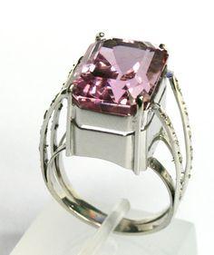 Anel em Ouro Branco, Kunzita e Diamantes no 1001 Noites - R$ 4.248,00