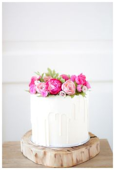 White chocolate dripping cake with handmade flowers – Cake by Taartjes van An (Anneke) – CakesDecor