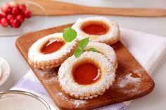 Esta rica receta de galletas de mantequilla rellenas de mermelada llevan un poco de almendra, haciéndolas mas crujientes y deliciosas.