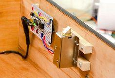Hou vreemden buiten je mancave met dit DIY Knock Lock, een van de buitenkant onzichtbaar slot dat alleen opent met een geheim klopje. Aan de slag!