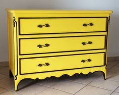 Yellow chest of drawers in mahogany solid wood. H: 92 cm - W: 126 cm - D: 53 cm.