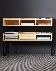 Lalibreriade madera1KM de 110cmdeKARL ANDERSON & SÖNER fue diseñado por Kristofer Jonsson Fanny Jiseborn.   La estructura está hecha de acero lacado y la estantería es de madera maciza. Por ello te recomendamos este mueble de alta calidad. Es una bonita estantería estable y robusta. Se ha escogido una madera maciza de fresno para