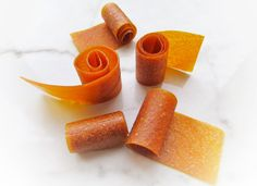 These homemade fruit roll-ups only require 1 ingredient: fruit! Which means they have no added sugar, are all-natural, and easy to make! Fruit Leather Recipe, Roll Ups Recipes, Fruit Roll Ups, Fruit Snacks, Nom Nom, Carrots, Homemade, Vegan, Vegetables