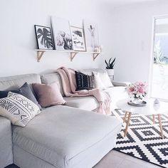 Pra um dia chuvoso, um sofá aconchegante é essencial! #saladeestar #decoracao #sala #cinza #pretoebranco #livingroom #decor  #grey #blackandwhite