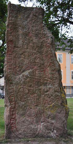 La pierre runique U 933 est une pierre commémorative du XIe siècle, sans doute œuvre d'Öpir. Retrouvée dans la cathédrale d'Uppsala, elle est exposée à proximité. Pour en savoir plus : http://www.fafnir.fr/u-933.html.
