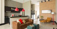 O espaço de 70m² tem ambientes integrados bem distribuídos, decoração jovem, e tem como conceito a utilização de cores básicas nas paredes, pisos e mobiliários fixos.