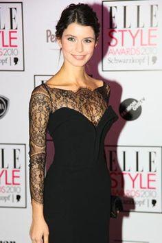 Beren Saat siyah dantel detaylı elbise