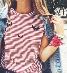 Tee-shirt rayé rouge et blanc + bandana rouge en bracelet + veste en jean oversize = le bon mix (blog Bartabac)