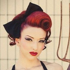 Retro Hairstyles The Best 30 Pin Up Hairstyles For Glamorous Retro Girls - Feel like you were born in the wrong decade? Check out the best vintage pin up hairstyles for glamourous girls who love victory rolls and Bettie bangs. Glamour Vintage, Vintage Updo, Vintage Style, Vintage Makeup, 50s Vintage, Pelo Guay, Pinup, Pin Up Looks, Estilo Pin Up