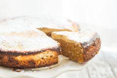 Ben je een onwijze fan van cheesecake én van carrotcake? Echt, dan is deze carrotcheesecake zeker een dikke vette aanrader! The best of both in één taart, beter kan niet toch? Nog een pluspunt: deze carrotcheesecake is echt super gemakkelijk om klaar te maken.Het enige nadeel is alleen dat je wel een portie geduld nodig hebt. De taart moet namelijk een uur in de oven en daarna minimaal 2 uur opstijven in de koelkast, maar echt, dat is het zeker waard. Geniet ervan.