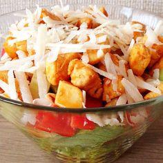 Gezonde salade met kip en parmezaanse kaas.