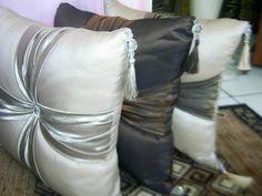 Almofadas de Tafetá com Detalhe em Seda e Pingente - TOK ESPECIAL